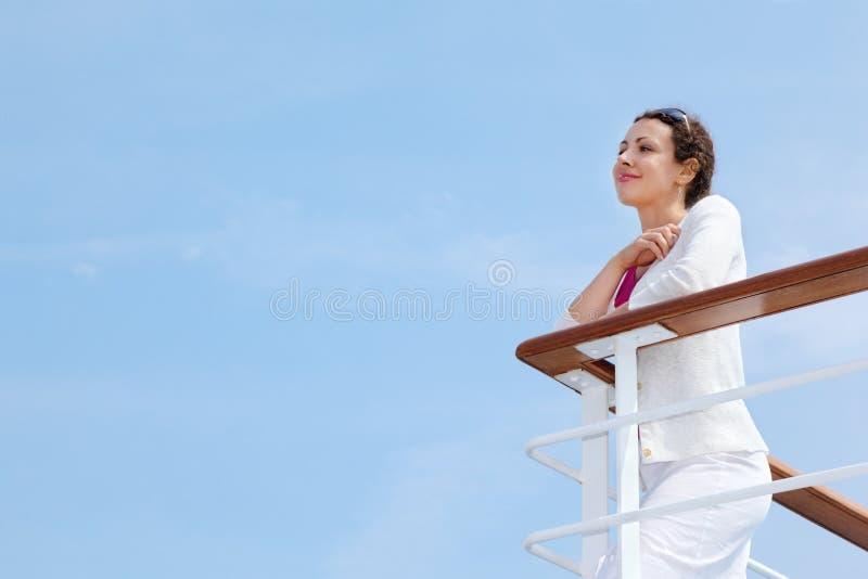 La femme reste à bord du bateau et repose ses mains image stock