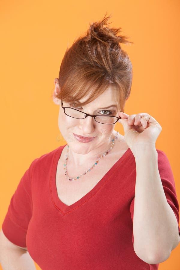 La femme retient des lunettes photo stock
