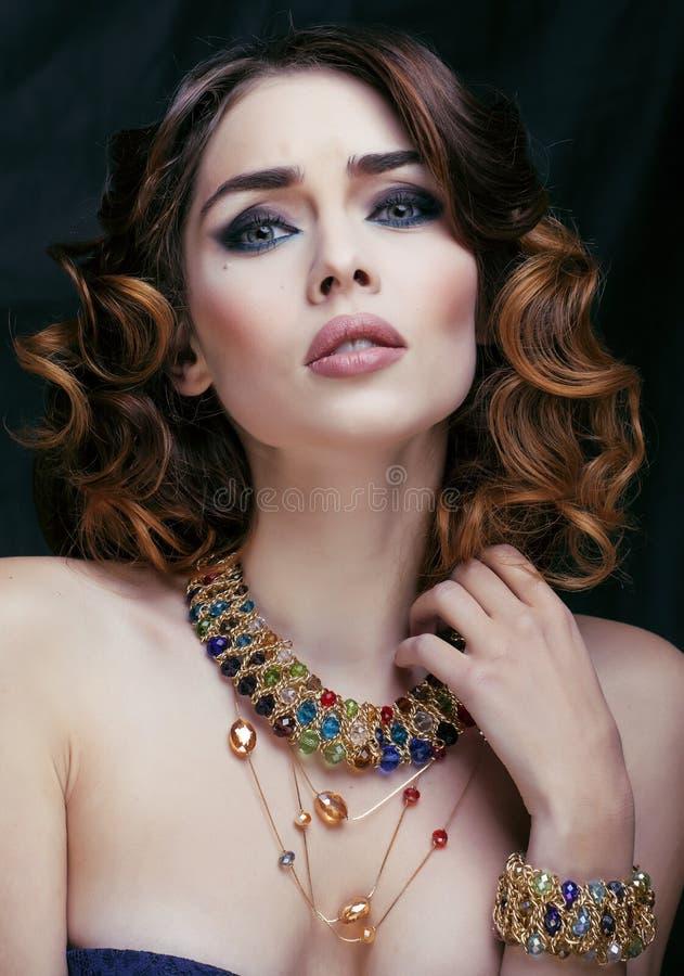 La femme riche de beauté avec les bijoux de luxe ressemble à la fin mûre, maquillage lumineux image libre de droits
