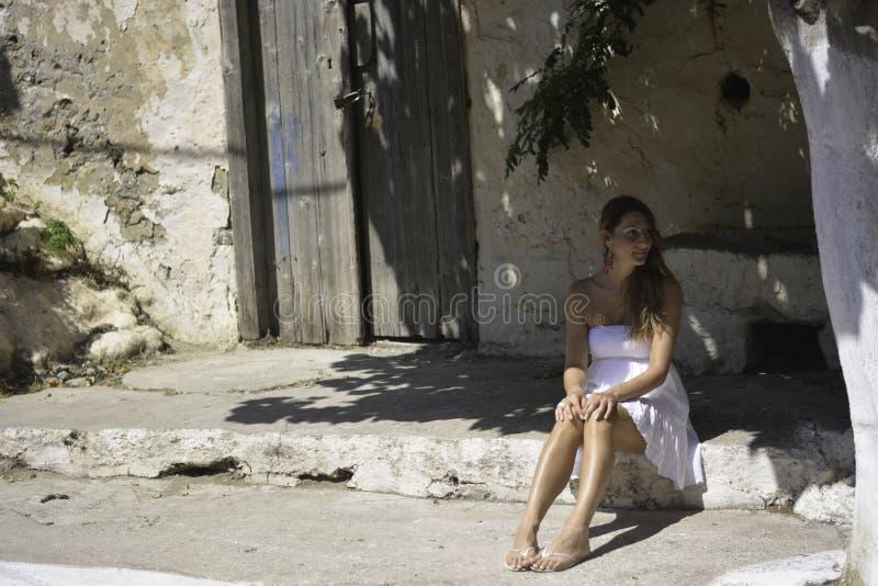 la femme s'asseyant à la nuance d'un arbre photos libres de droits