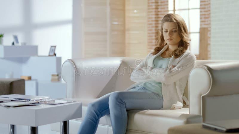 La femme s'assied dans la salle d'attente de la clinique de gynécologie, traitement d'appareil reproducteur photo stock