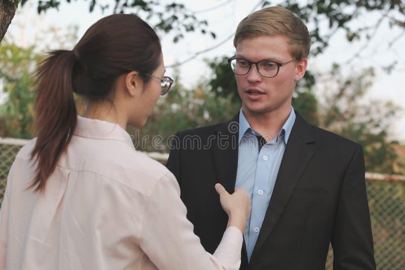 La femme s'chargent de la chemise et du costume d'homme d'affaires extérieurs ajustement d'amie photos stock
