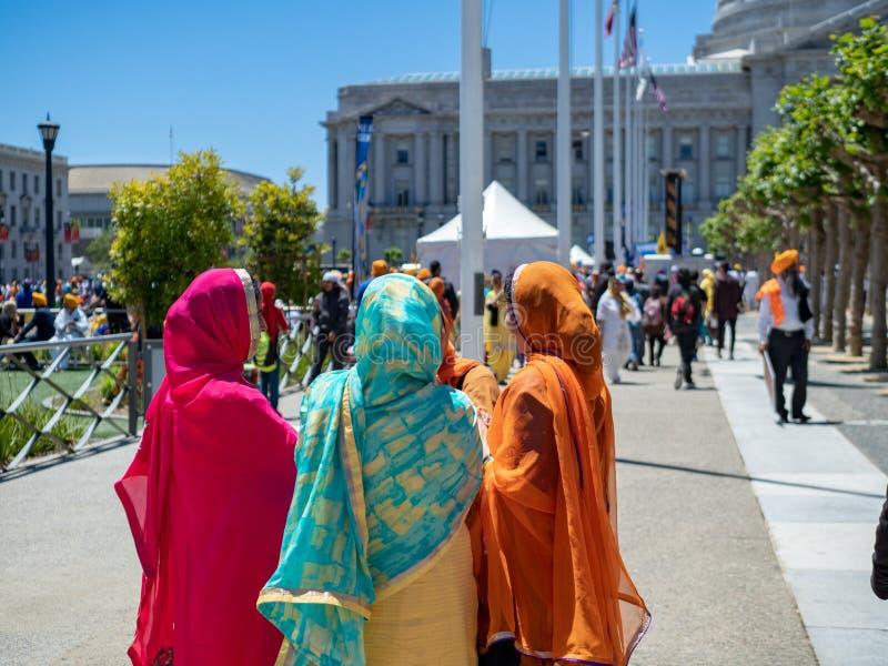 La femme s'est habillée en tenue sikhe traditionnelle parlant en dehors d'un Punj photo stock