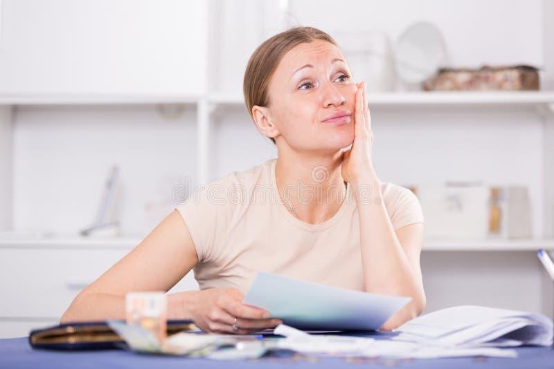 La femme s'est inquiétée des dettes photos stock