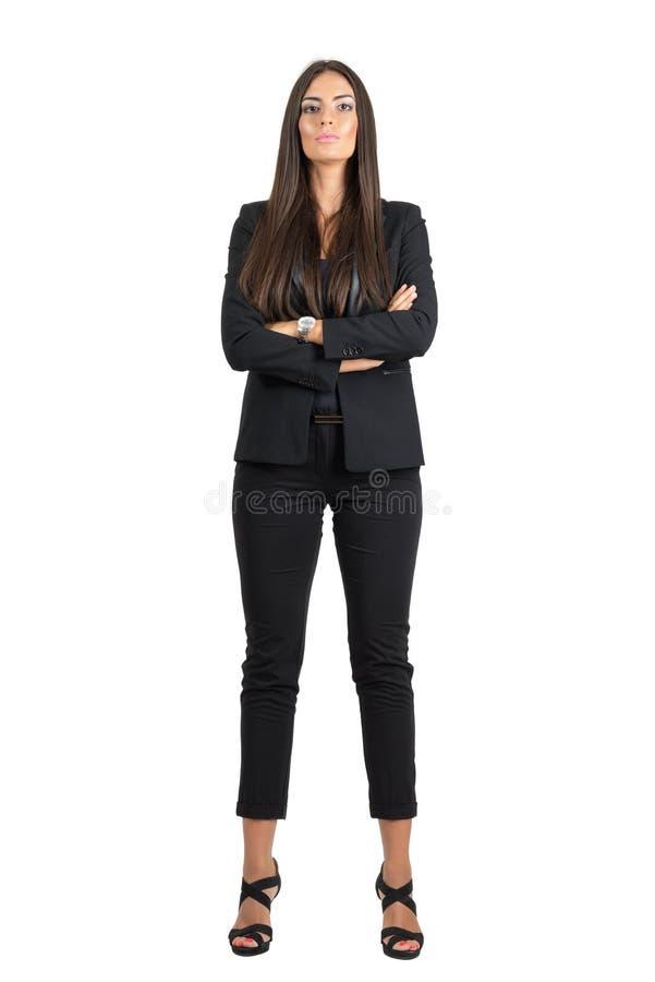 La femme sûre forte d'affaires avec les bras pliés regardant la tête d'appareil-photo s'est penchée de retour photo libre de droits