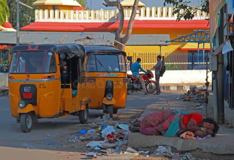 La femme sans abri est sommeil extérieur à Hyderabad, Inde image libre de droits