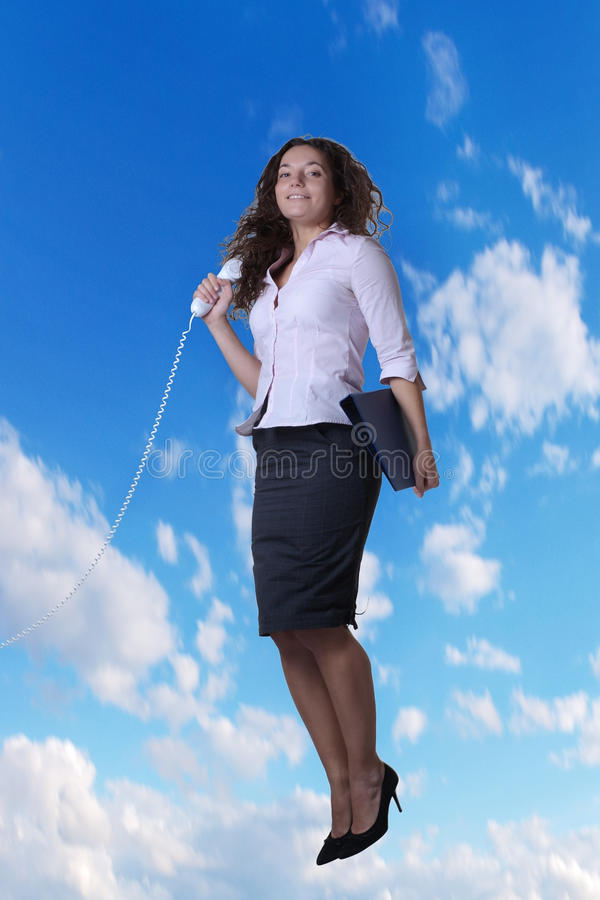 La femme sautant dans le ciel photos libres de droits