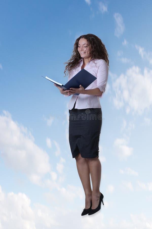 La femme sautant dans le ciel images libres de droits