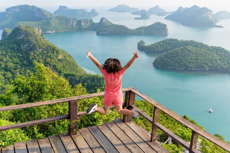 La femme sautant sur la montagne photographie stock libre de droits