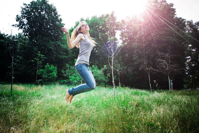 La femme saute photo stock