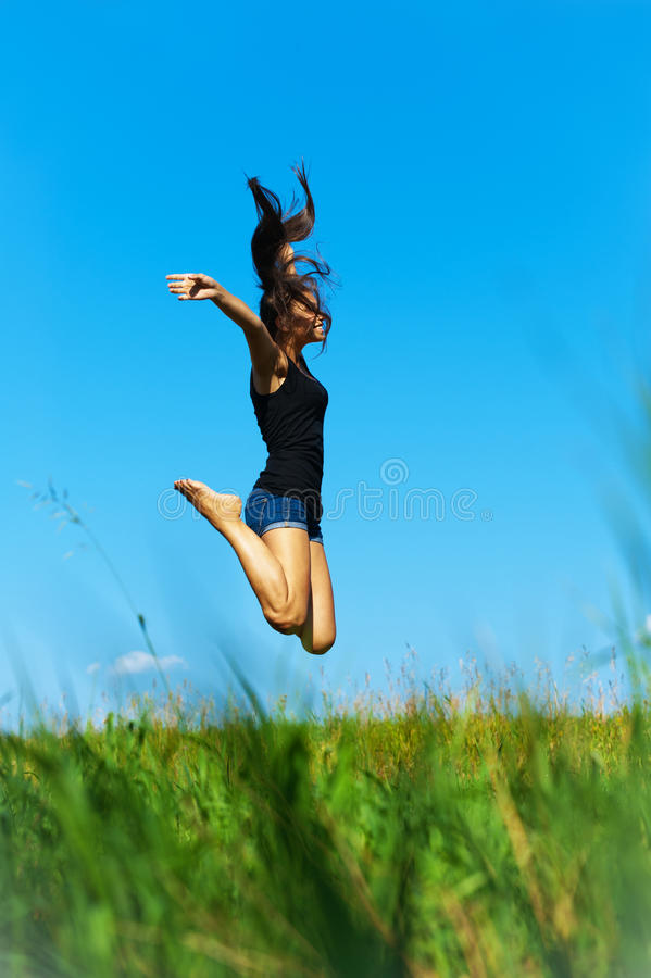 La femme saute vers le haut photos stock