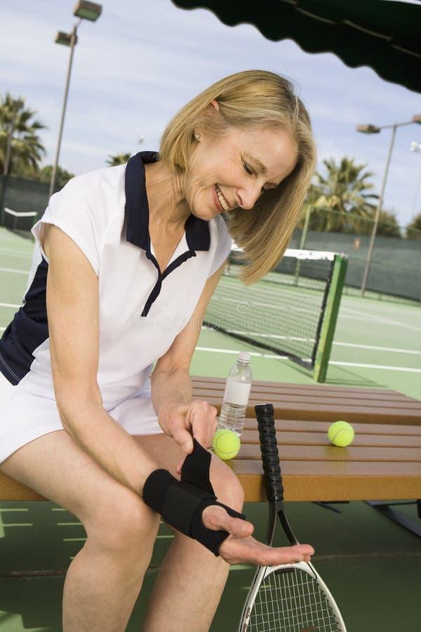 La femme se dispose à jouer au tennis photo stock