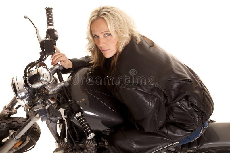 La femme se penchant sur un réservoir de moto recherchent le sourire images libres de droits