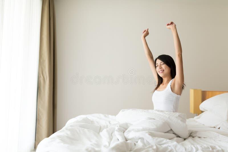 La femme se réveillent au matin images stock
