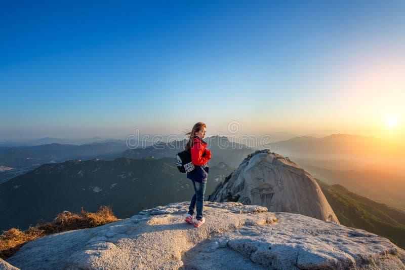 La femme se tient sur la crête de la pierre en parc national de Bukhansan photographie stock