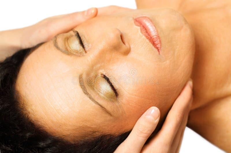 La femme se trouvant, obtient le massage, reiki, photographie stock