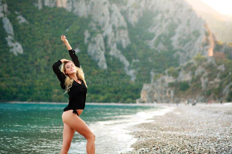 La femme sensuelle rêveuse apprécie la nature de la côte photo libre de droits