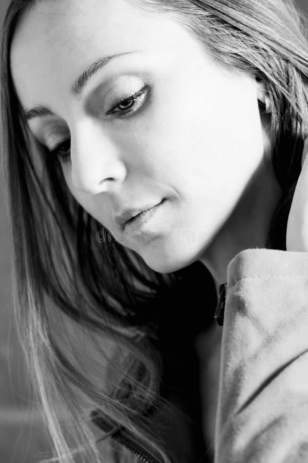 La femme sensuelle regarde vers le bas, blak et portrait blanc photos libres de droits