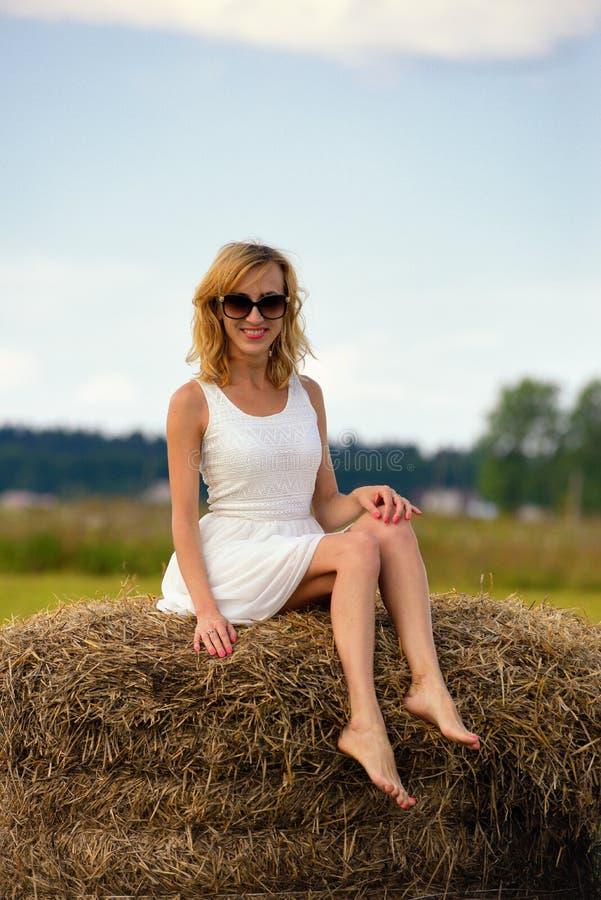 Download La Femme Sexy De Mode Dans Des Lunettes De Soleil Et Le Blanc S'habillent Sur La Meule De Foin Photo stock - Image du modèle, romantique: 45355540