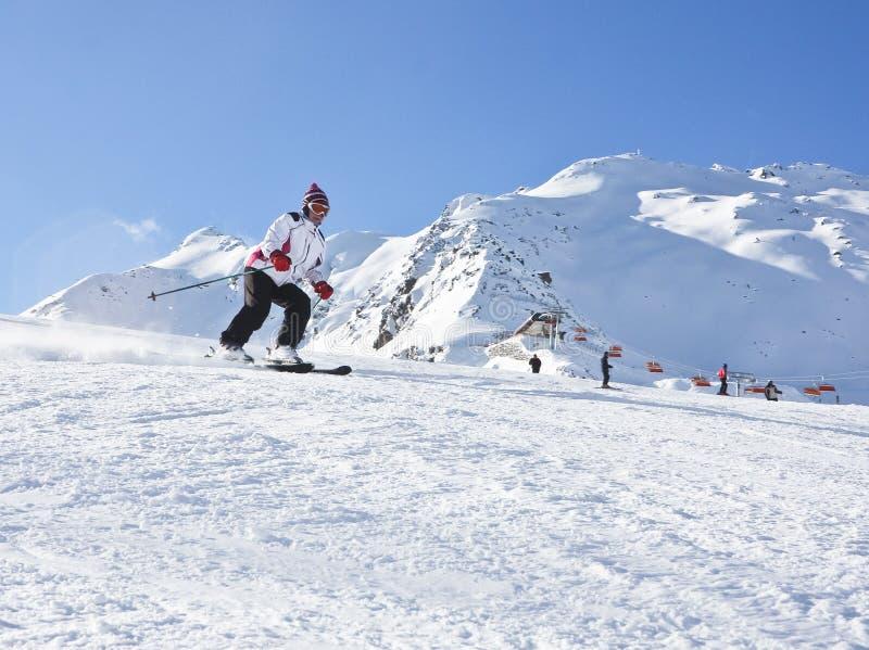 La femme skie à une station de sports d'hiver photographie stock libre de droits
