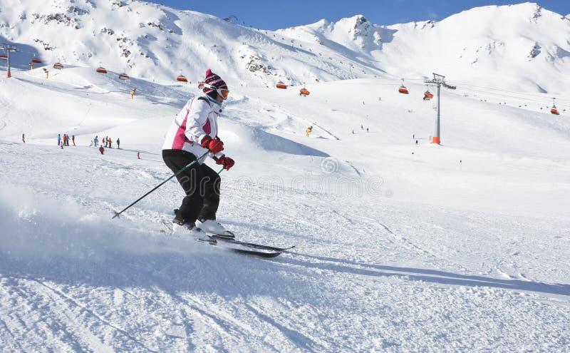 La femme skie à une station de sports d'hiver image libre de droits