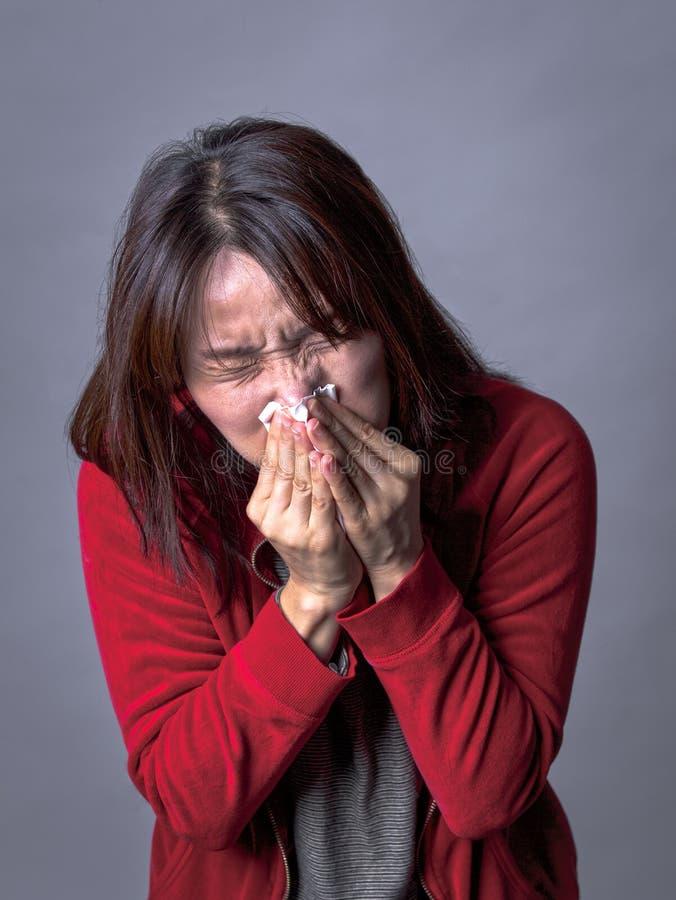 La femme souffle le nez dur photos stock