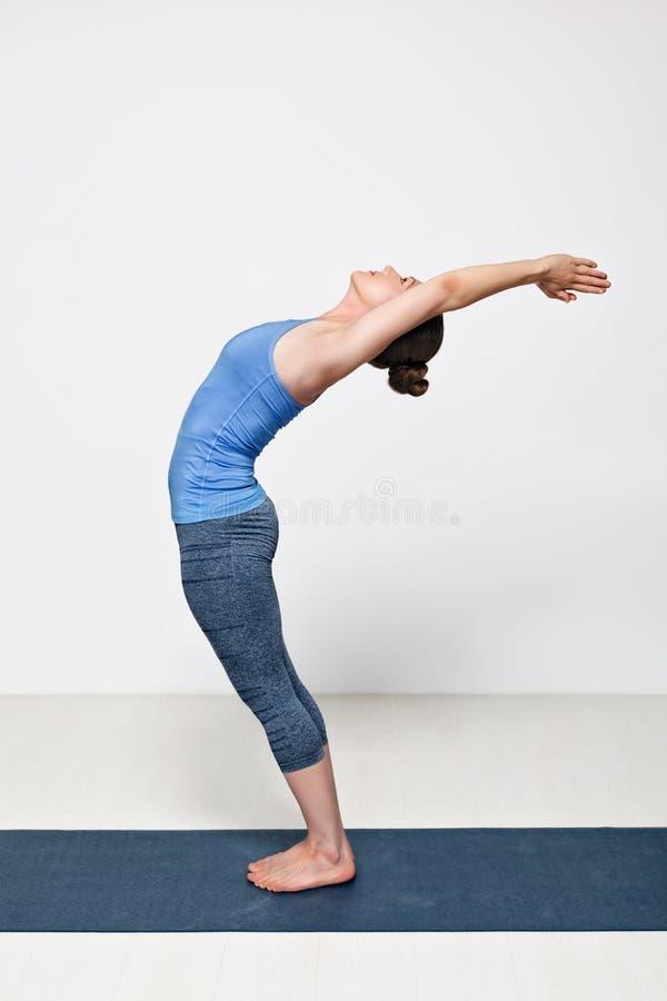 La femme sportive d'ajustement pratique l'asana Anuvittasana de yoga images libres de droits