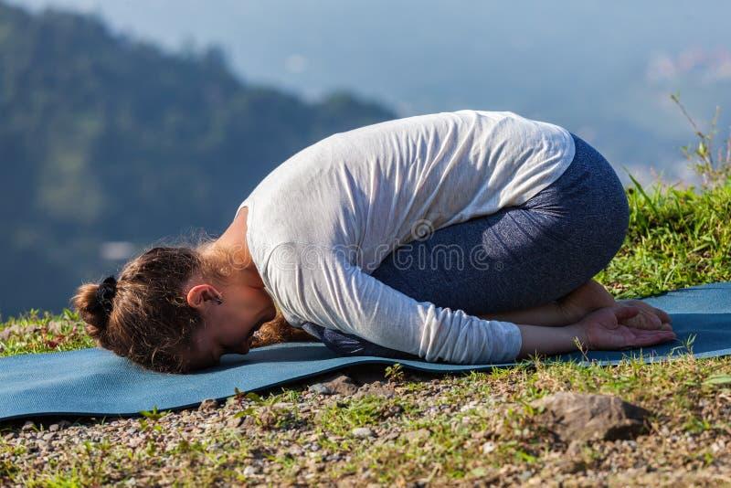 La femme sportive d'ajustement pratique l'asana Balasana de yoga photo stock