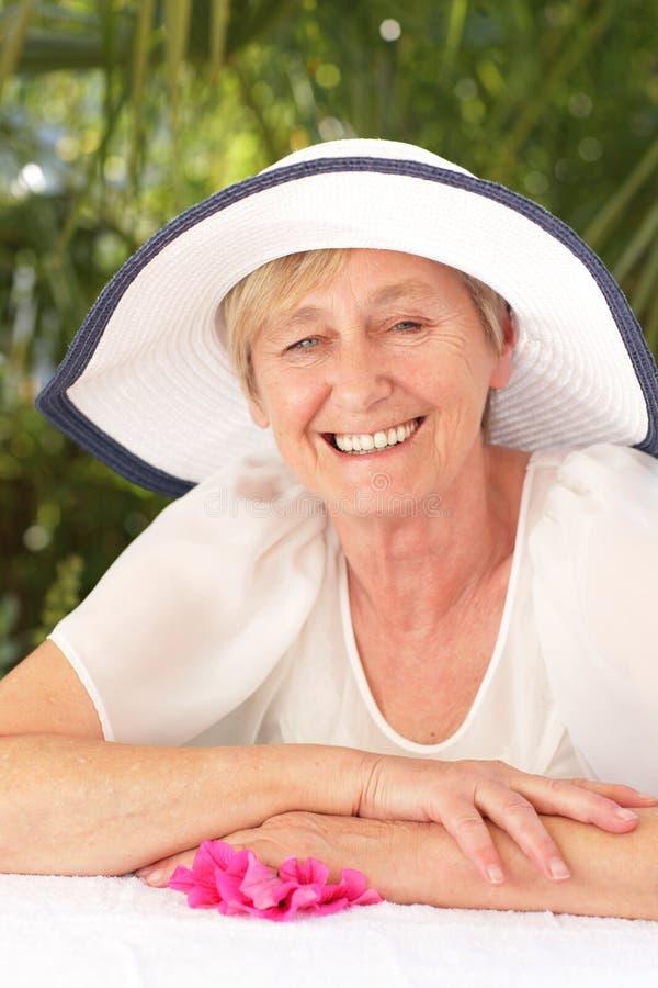 La femme supérieure heureuse détend en été extérieur photo libre de droits