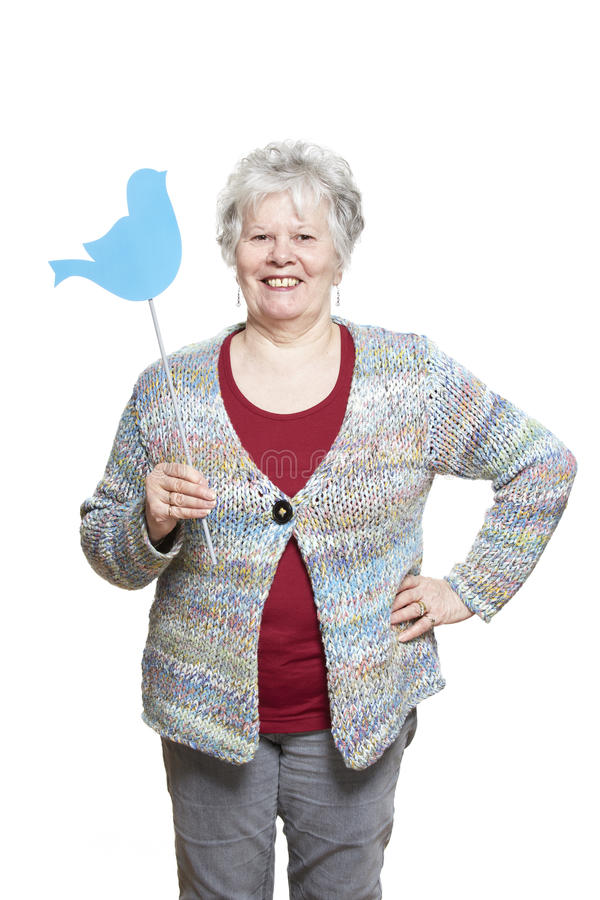 La femme supérieure jugeant des médias sociaux signent le sourire photo stock