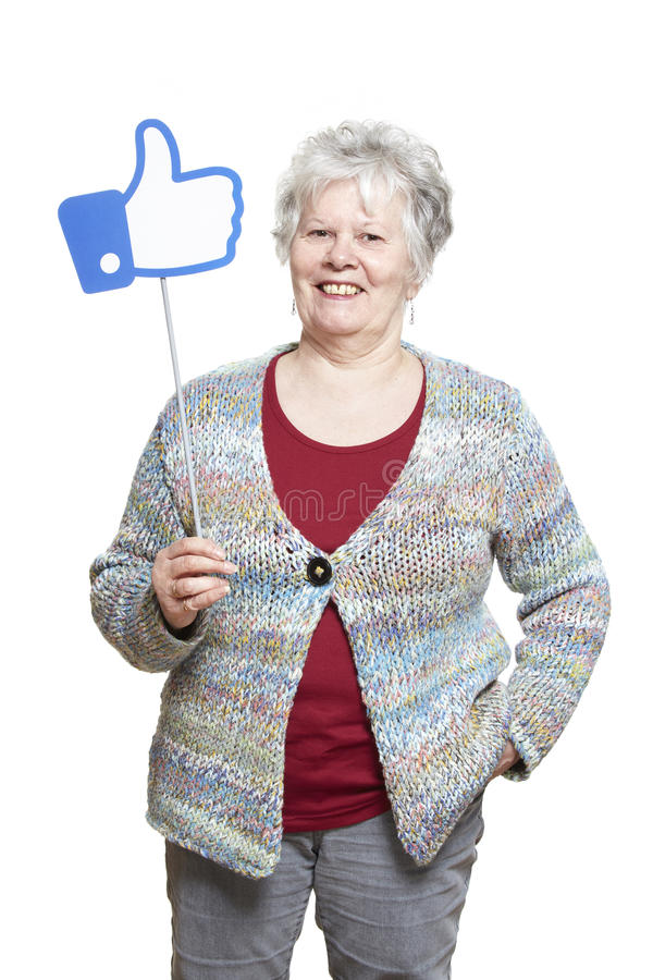 La femme supérieure jugeant des médias sociaux signent le sourire image stock