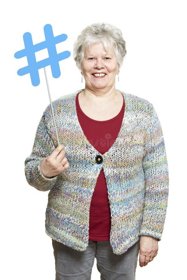 La femme supérieure jugeant media social signent le sourire images libres de droits