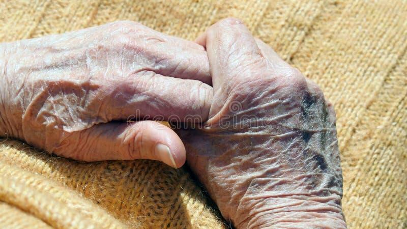La femme supérieure masse les mains douloureuses extérieures images libres de droits