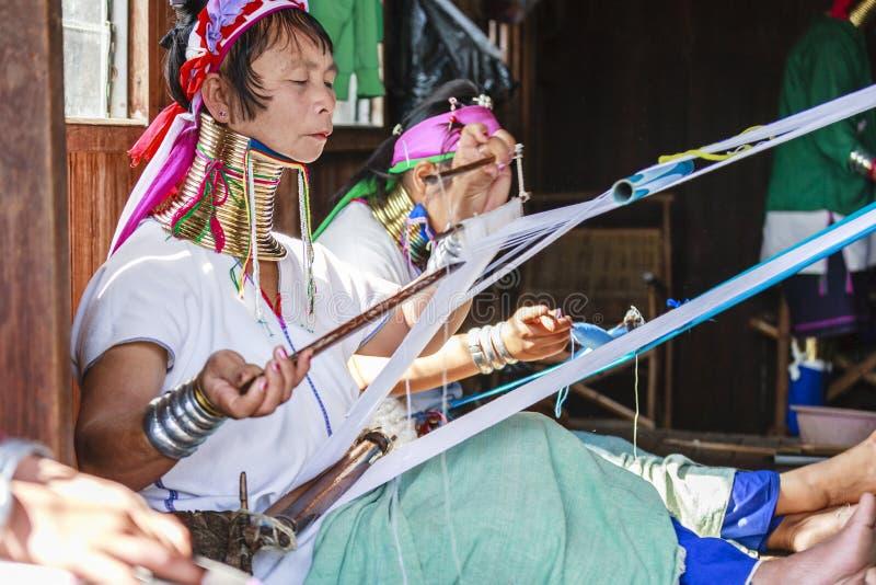 La femme supérieure non identifiée de Padaung portant le métal traditionnel sonne autour de son cou images libres de droits