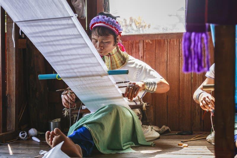 La femme supérieure non identifiée de Padaung portant le métal traditionnel sonne autour de son cou photographie stock libre de droits