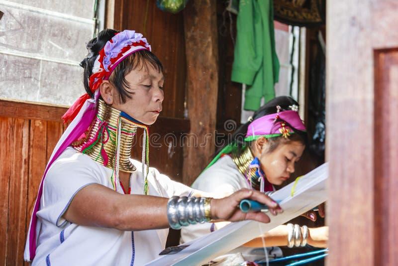 La femme supérieure non identifiée de Padaung portant le métal traditionnel sonne autour de son cou photos libres de droits