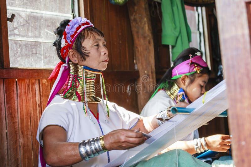 La femme supérieure non identifiée de Padaung portant le métal traditionnel sonne autour de son cou photo stock