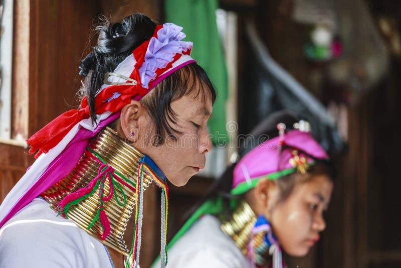 La femme supérieure non identifiée de Padaung portant le métal traditionnel sonne autour de son cou photo libre de droits