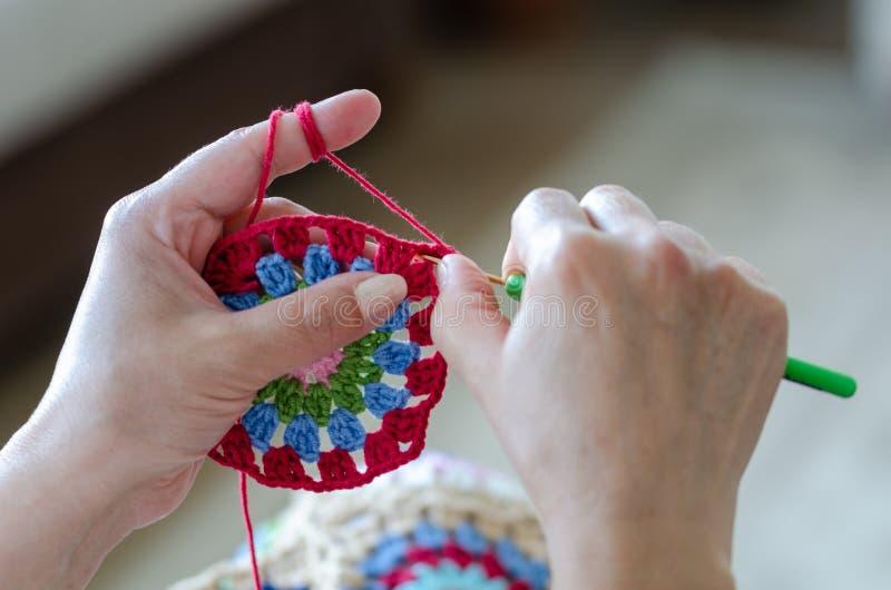 La femme supérieure tricote le crochet photographie stock