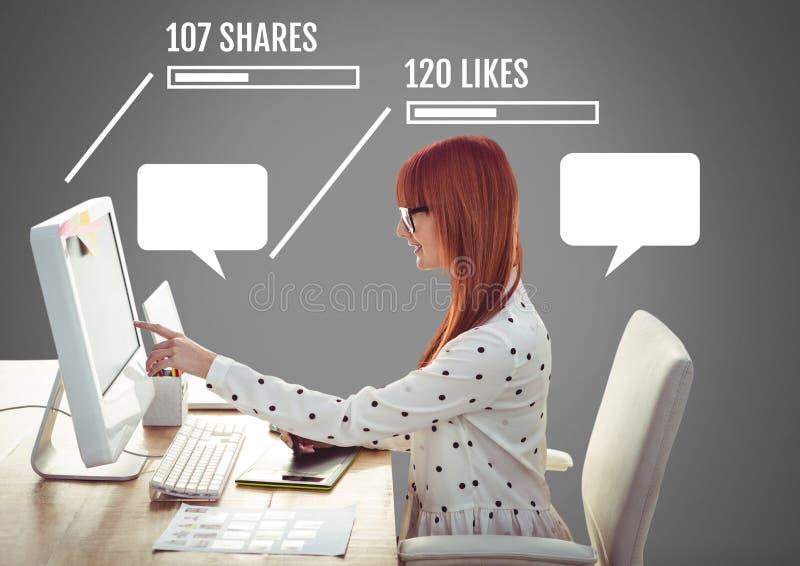 La femme sur la campagne d'ordinateur avec des actions et les goûts du media social se connecte par interface aux bulles vides de photo libre de droits