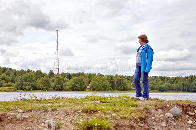 La femme sur le rivage photo libre de droits