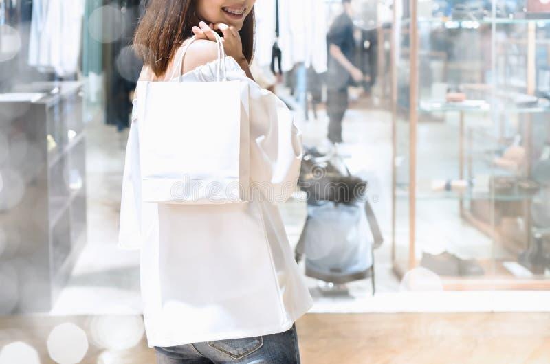 La femme tenant des sacs font des emplettes dans le mail Le concept d'achats est heureux et peut essayer le produit vous-même photos stock