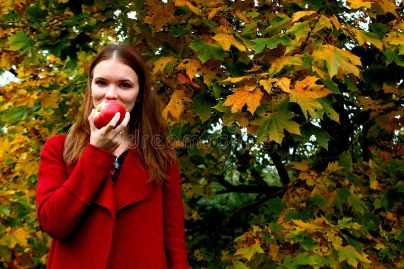La femme tenant la pomme fraîche sur la consommation photos stock