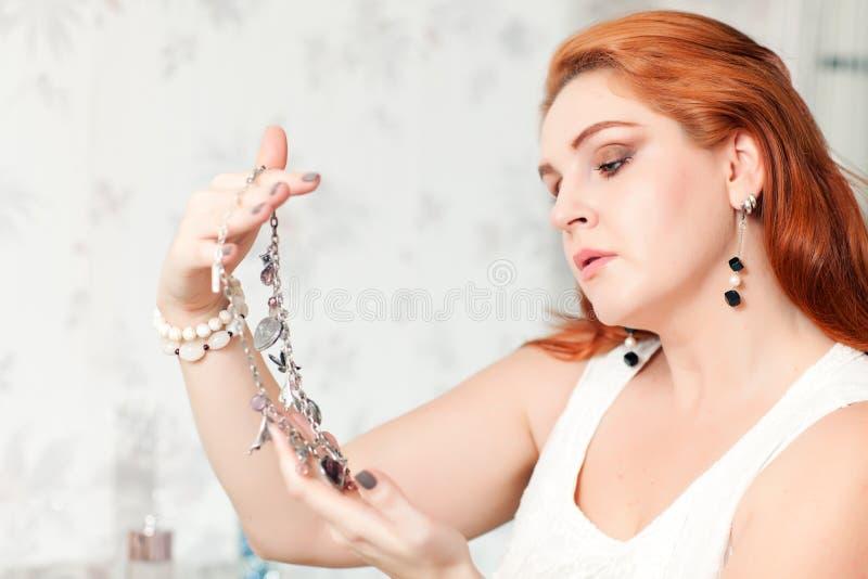 La femme tient des perles photographie stock libre de droits