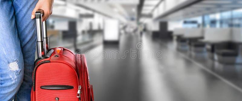 La femme tient la valise dans des mains photo stock