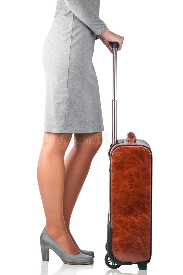 La femme tient la valise en cuir image stock