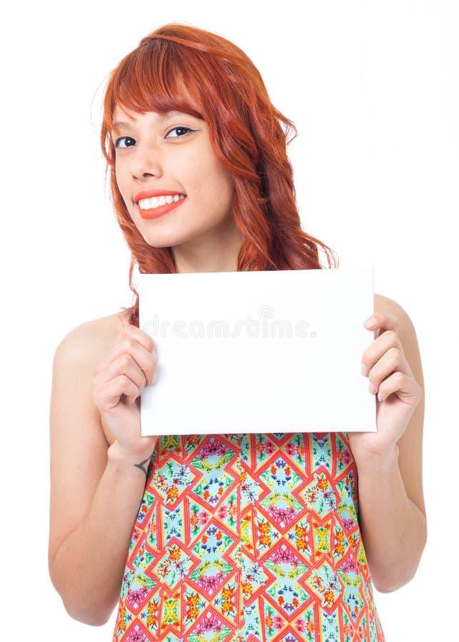 La femme tient le plat et son visage est semi profil Wea roux de fille image stock