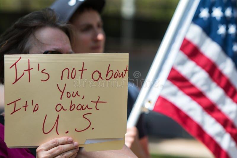 La femme tient le signe au rassemblement de protestation d'impôts d'atout d'Atlanta photo libre de droits