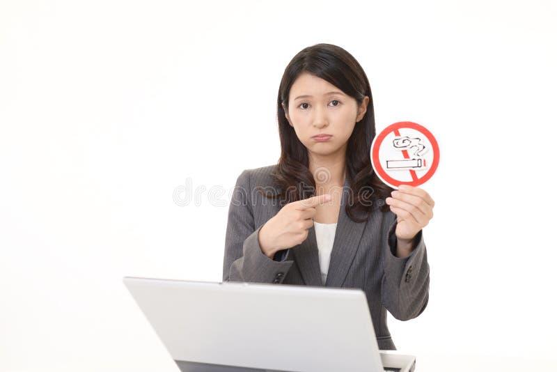 La femme tient le signe non de tabagisme photographie stock