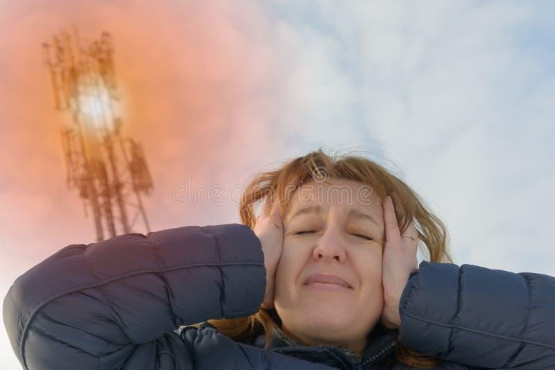 La femme tient sa tête près du BTS photo stock
